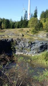 Steinbruch mit Windrad